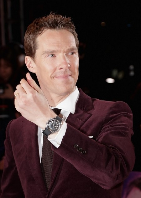 Wearing such cool black copy watches, you can be so handsome.