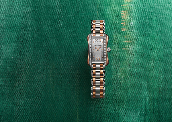With shining diamonds, this high-quality copy watch is more expensive.