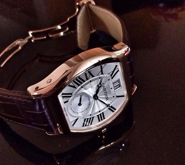 The 18k rose gold fake Cartier Tortue W1556234 watches have brown leather straps.